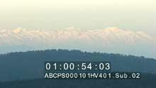 Le sommet enneigé des Alpes vu depuis le littoral