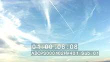 Trainées nuageuses et trainées de condensation dans le ciel