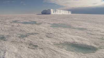 Banquise et iceberg près de la station antarctique McMurdo
