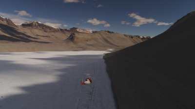 Un hélicoptère de la base américaine McMurdo au dessus de la vallée du glacier Wright