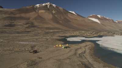 La rivière Onyx et un camp scientifique près du lac Vanda