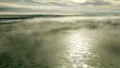 Les terres glacées apparaissent à travers les nuages