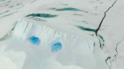 Petits lacs bleus dans la glace