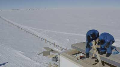 Logistique à la station: construction d'un abri pour un observatoire de sismologie