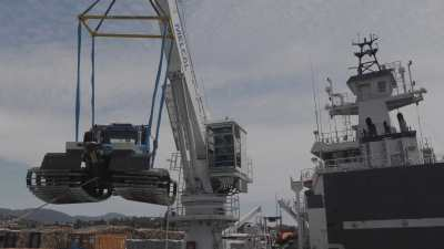 Chargement du patrouilleur-ravitailleur polaire l'Astrolabe à Hobart