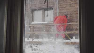 Vues extérieures de la Station Mario Zucchelli pendant une tempête de neige