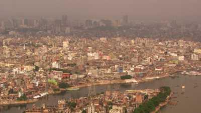 Vues de l'immense ville le long de la rivière Buriganda