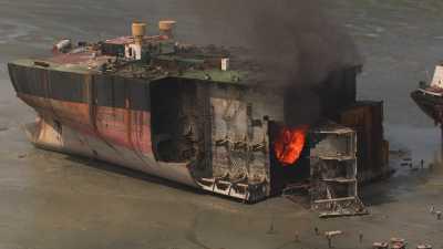 Carcasses de bateaux démantelés en bord de mer.