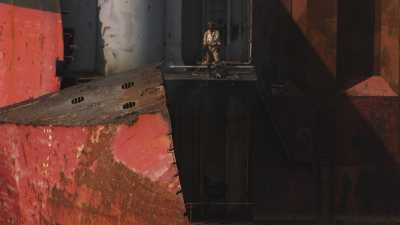 Travail harassant de démantèlement de bateaux, ouvriers