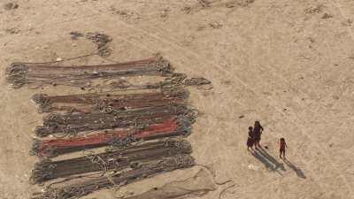 Enfants au milieu des filets de pêche sur la plage