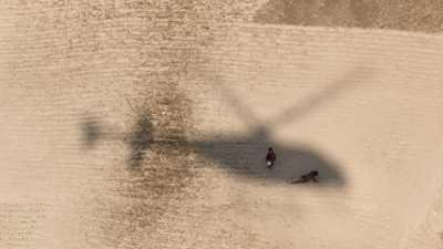 Enfants courant après l'ombre de l'hélicoptère