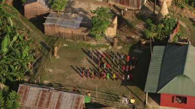 Enfants dans une école d'un village modèle