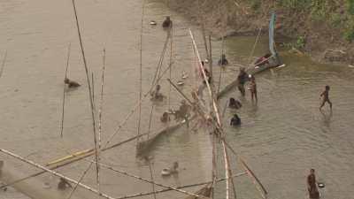 Hommes et enfants pêchant dans la rivière