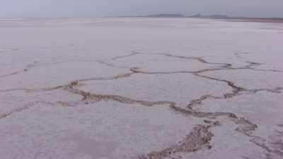 Survol des étendues blanches du Salar