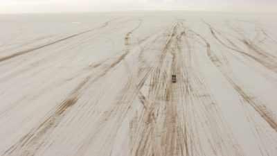 Les marques de pistes sur les étendues salées
