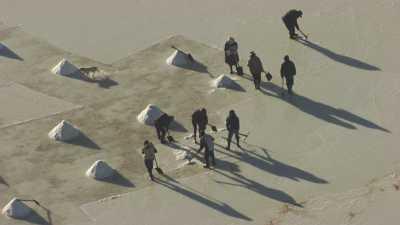 Ramasseurs de sel à vélo sur le Salar
