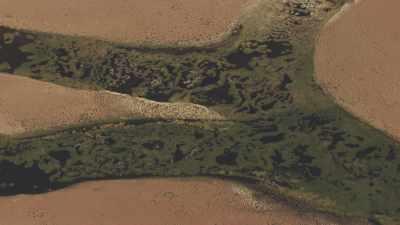 Rivière verte coulant sur une terre désertique