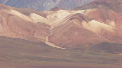 Collines et montagnes désertiques colorées