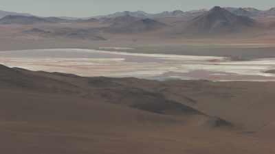 Salar aux couleurs vives entourés de montagnes