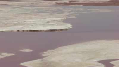 La Laguna Colorada aux couleurs contrastées dans la montagne
