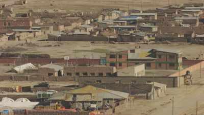 la ville et le paysage aride environnant