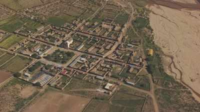 Petit village dans la vallée fertile entourée de montagnes