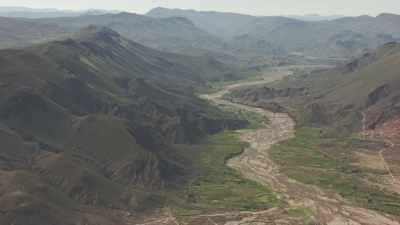 Vaste vallée, lacs sur un plateau voisin