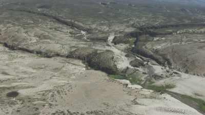 Montagnes arides et vallée fertile encaissée, lacs
