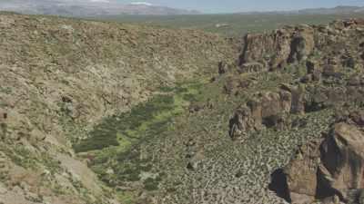 Plan large de vallée fertile encaissée