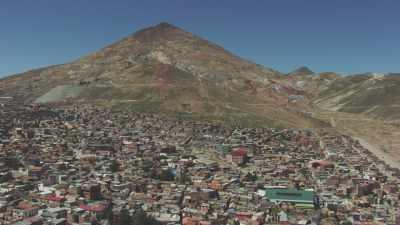 Plans larges de la ville, une église en montagne