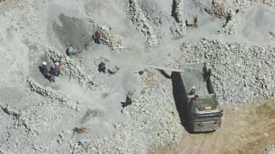Mine d'argent, mineurs au travail et ville en arrière-plan