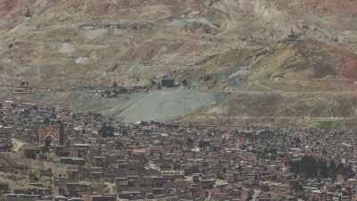 Survol de la ville, en arrière-plan la mine d'argent