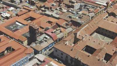 Plans serrés de la ville, marché et animation dans les rues