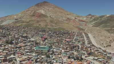la ville surplombée par les mines d'argent
