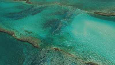 Ilots et rochers affleurant dans l'eau turquoise