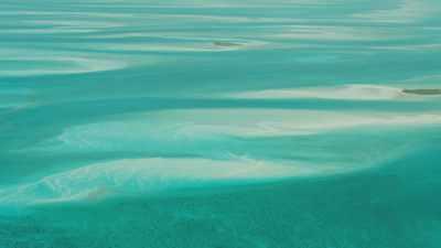 Formes harmonieuses des bancs de sable dans la mer