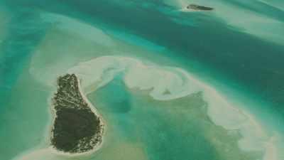 Des bancs de sable et des îlots affleurent