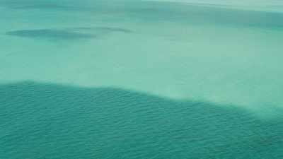 Eaux vertes peu profondes, bancs de sable