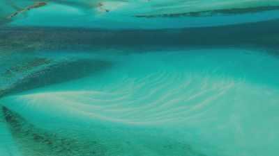 Bancs de sable et eaux  peu profonds entre les îles