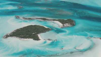 Bateaux à moteur au milieu des îles et des bancs de sable