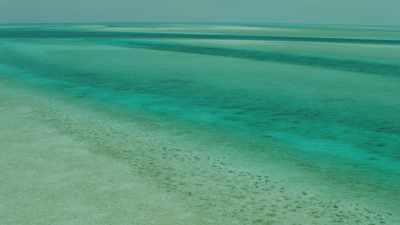 Bancs de sable dans des eaux claires peu profondes
