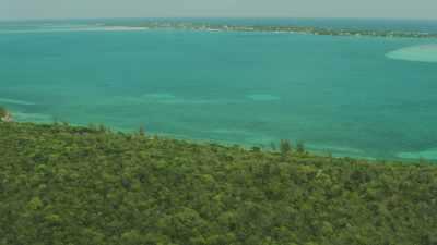 Survol d'îles et d'anses au sable blanc