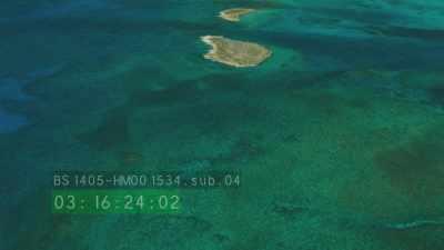 Survol d'îles désertes, voilier, herbiers