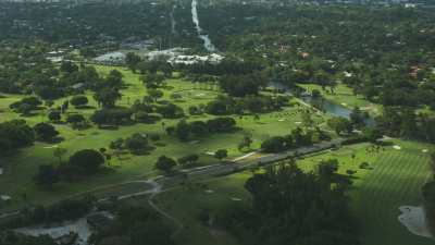 Survol de quartiers résidentiels,villas et espaces verts