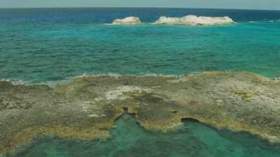 Petits rochers affleurant sur les eaux peu profondes