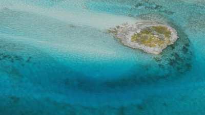 survol d'îlots, bancs de sable dans les eaux claires