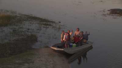 Pêcheur et ses filets, touristes et éléphants