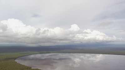 Le lac Télé et la forêt dense environnante