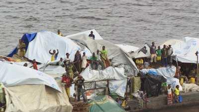Une grande barge, unique accès aux  villages