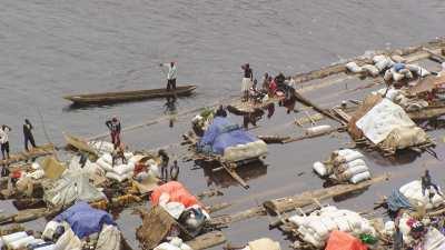 Une barge-radeau surchargée de transport de grumes